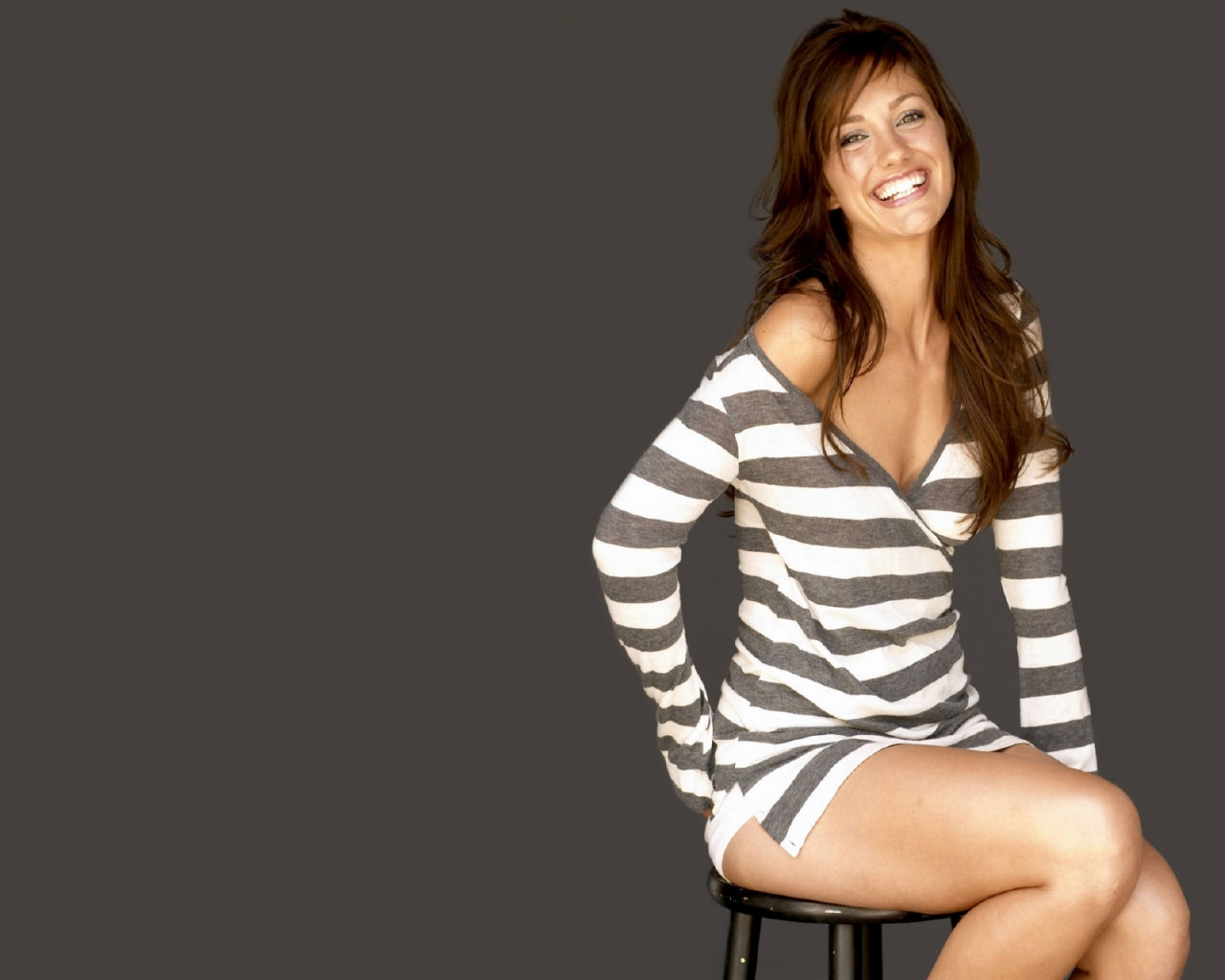 Minka Kelly wallpaper Minka Kelly con vestido rayas   Wallpaper